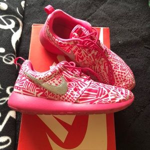 Pink & white Nike Roshe One Print. Comes with box.
